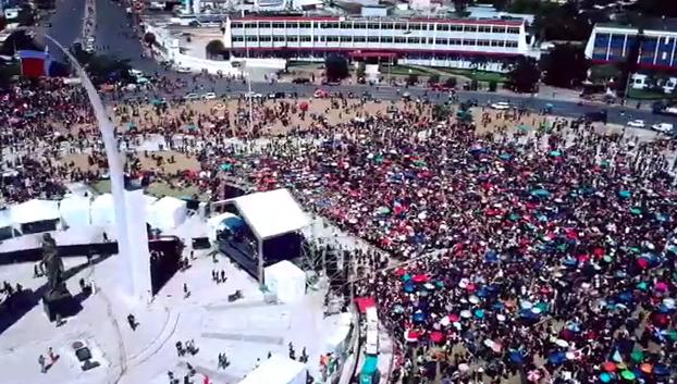 Video: Vista aérea de protesta en la Plaza de la Bandera esta tarde
