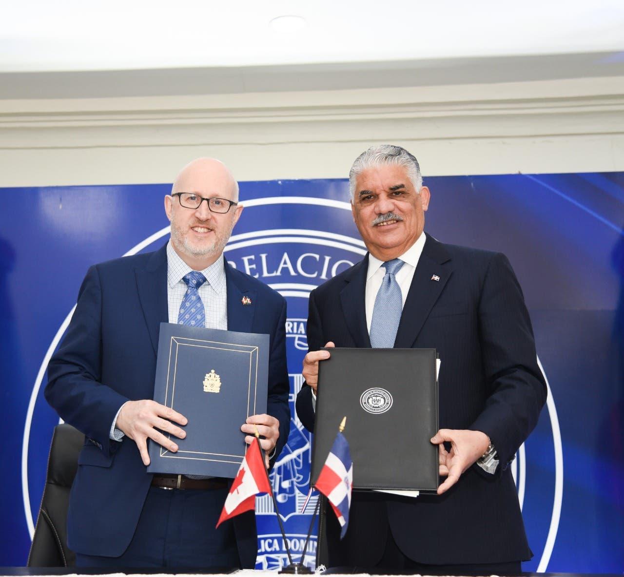 Miguel Vargas suscribe memorando con Canadá sobre  comercio e inversión
