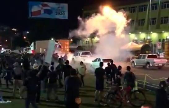 Lanzan bombas lacrimógenas a jóvenes frente a JCE