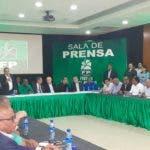 Leonel Fernández junto a miembros del partido la Fuerza del Pueblo y aliados