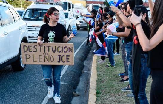 melymel-protesta-frente-a-la-junta-2_13257298_20200217211947