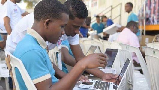 MINERD entrega 8,313 notebooks a estudiantes de secundaria y 400 laptops a docentes de Bahoruco