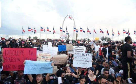 """Jóvenes en protesta frente la JCE: """"Se metieron con la generación equivocada"""""""