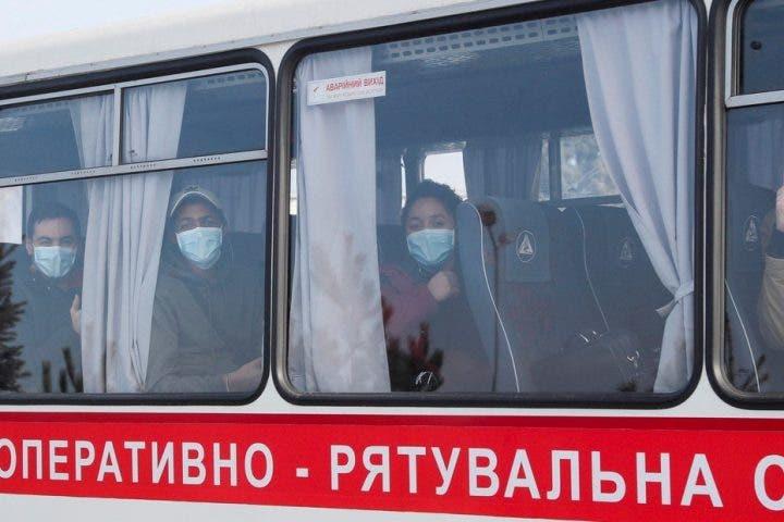 Destituyen gobernador ucraniano tras protestas por llegada de dominicanos y otros evacuados de Wuhan