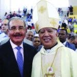 Monseñor Andrés Napoleón Romero Cárdenas junto al presidente Danilo Medina