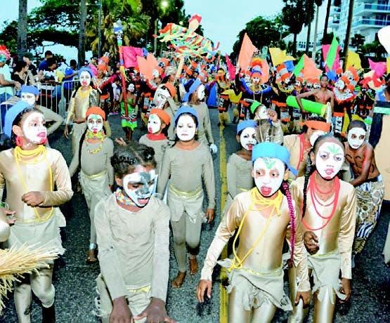 Miles disfrutan Desfile Nacional de Carnaval