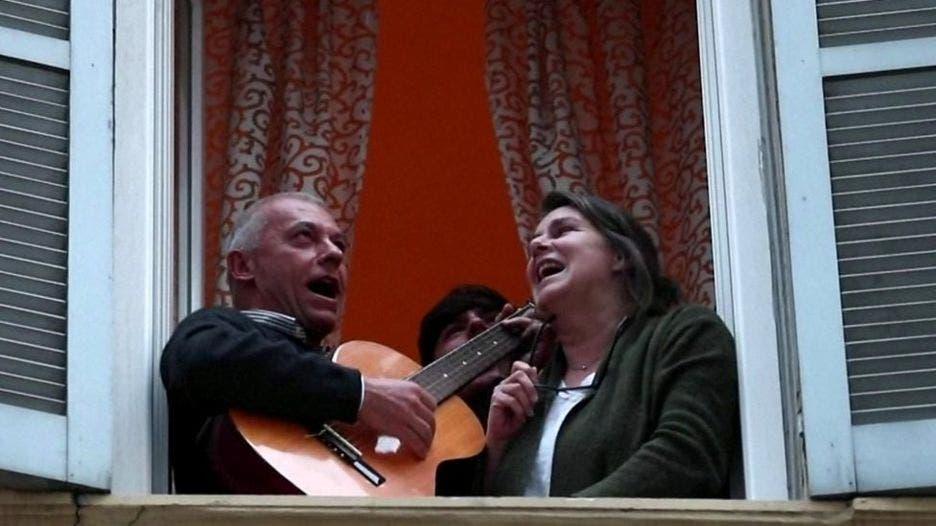 Coronavirus: Así cantan en sus balcones italianos en cuarentena para levantar la moral