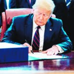 Washington (United States), 27/03/2020.- US President Donald J. Trump (C) participates in a signing ceremony for the The CARES Act in the Oval Office at the White House in Washington, DC, USA on 27 March 2020. The CARES Act, is a coronavirus COVID-19 stimulus package worth more than two trillion US dollars. (Estados Unidos) EFE/EPA/Erin Schaff / POOL