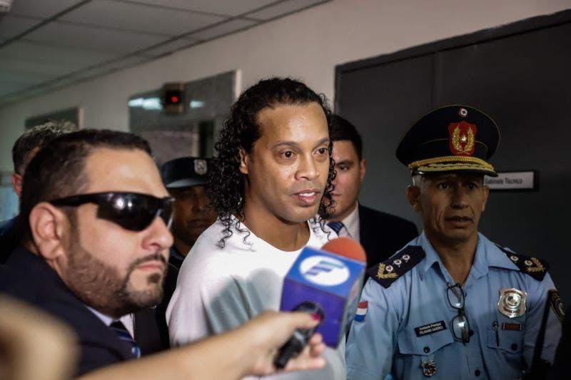 Exfutbolista Ronaldinho comparece esposado en audiencia en Paraguay