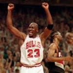 En esta foto del 14 de junio de 1992, Michael Jordan celebra la victoria de sus Bulls de Chicago ante los