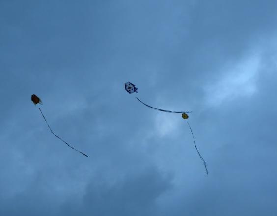 Coronavirus: jóvenes comienzan a volar chichiguas durante toque de queda