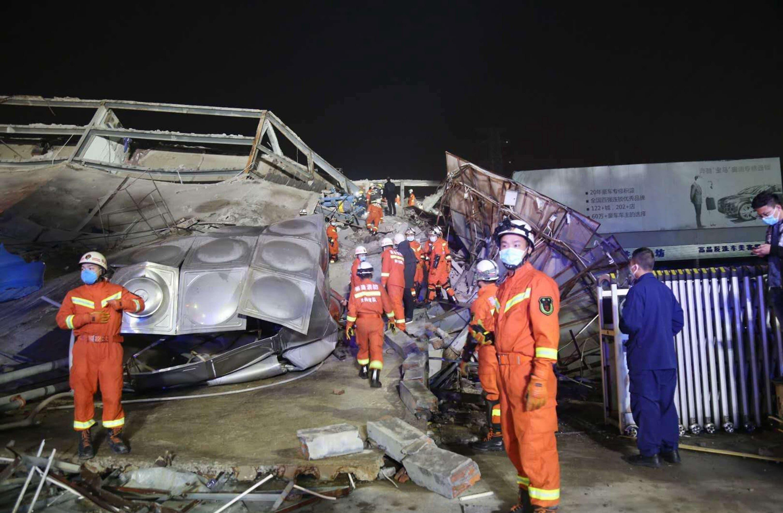 Decenas de personas permanecen atrapadas tras derrumbe de centro de cuarentena en China