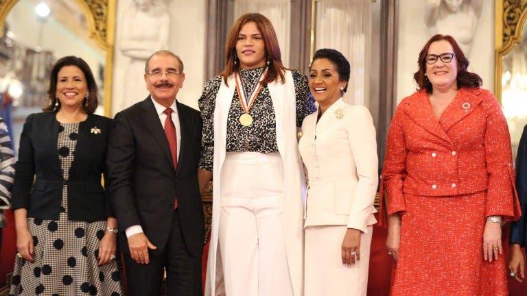 Danilo Medina otorga Medalla al Mérito a 13 mujeres dominicanas