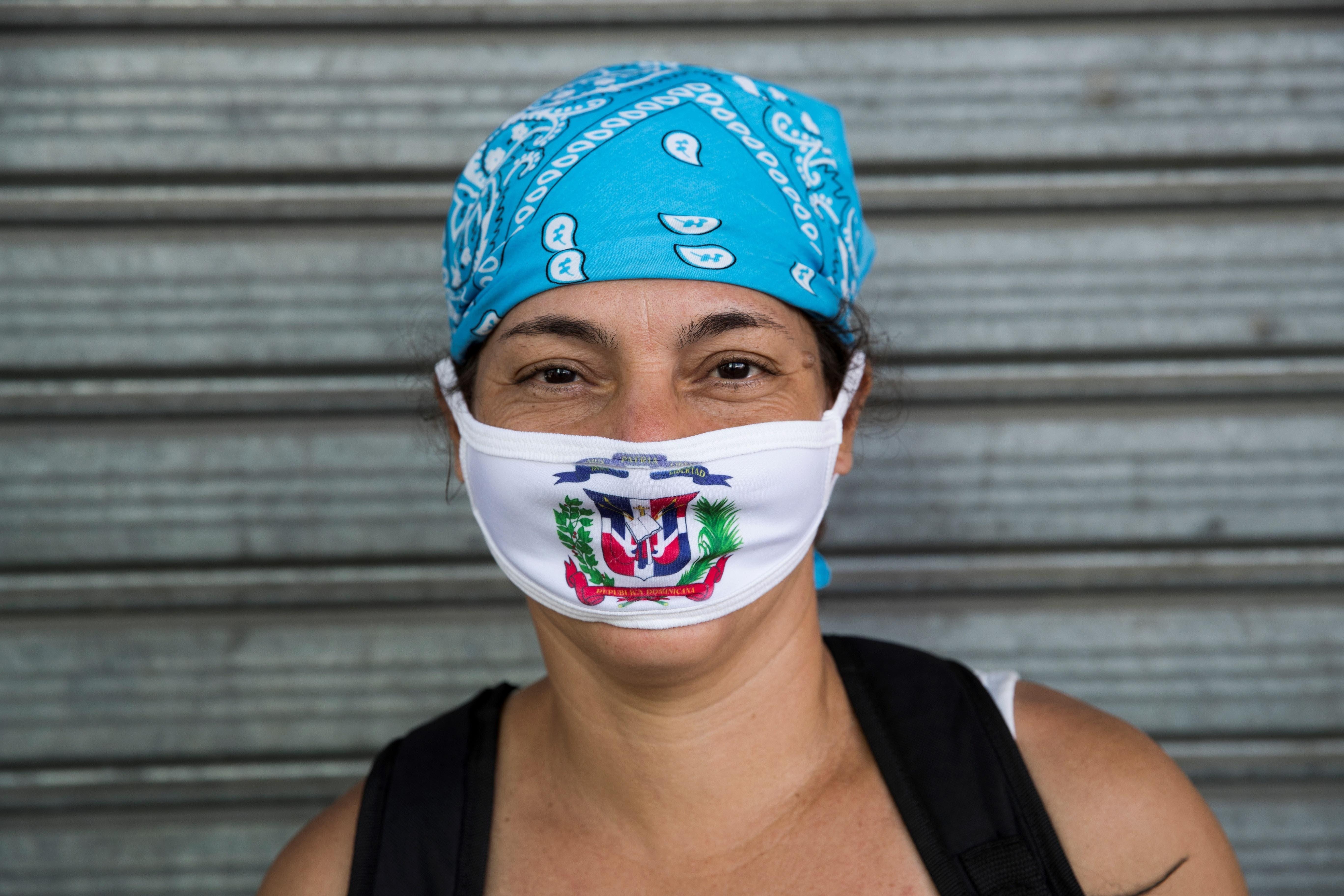 Muchos usan mascarillas para evitar inhalar el virus.