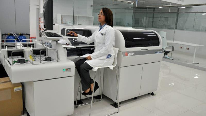 Foto 2, Área de procesamiento de las pruebas de Referencia Laboratorio Clínico.