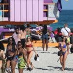 Las imágenes de miles de jóvenes disfrutando de la playa en Miami Beach hace unos días causaron controversia.