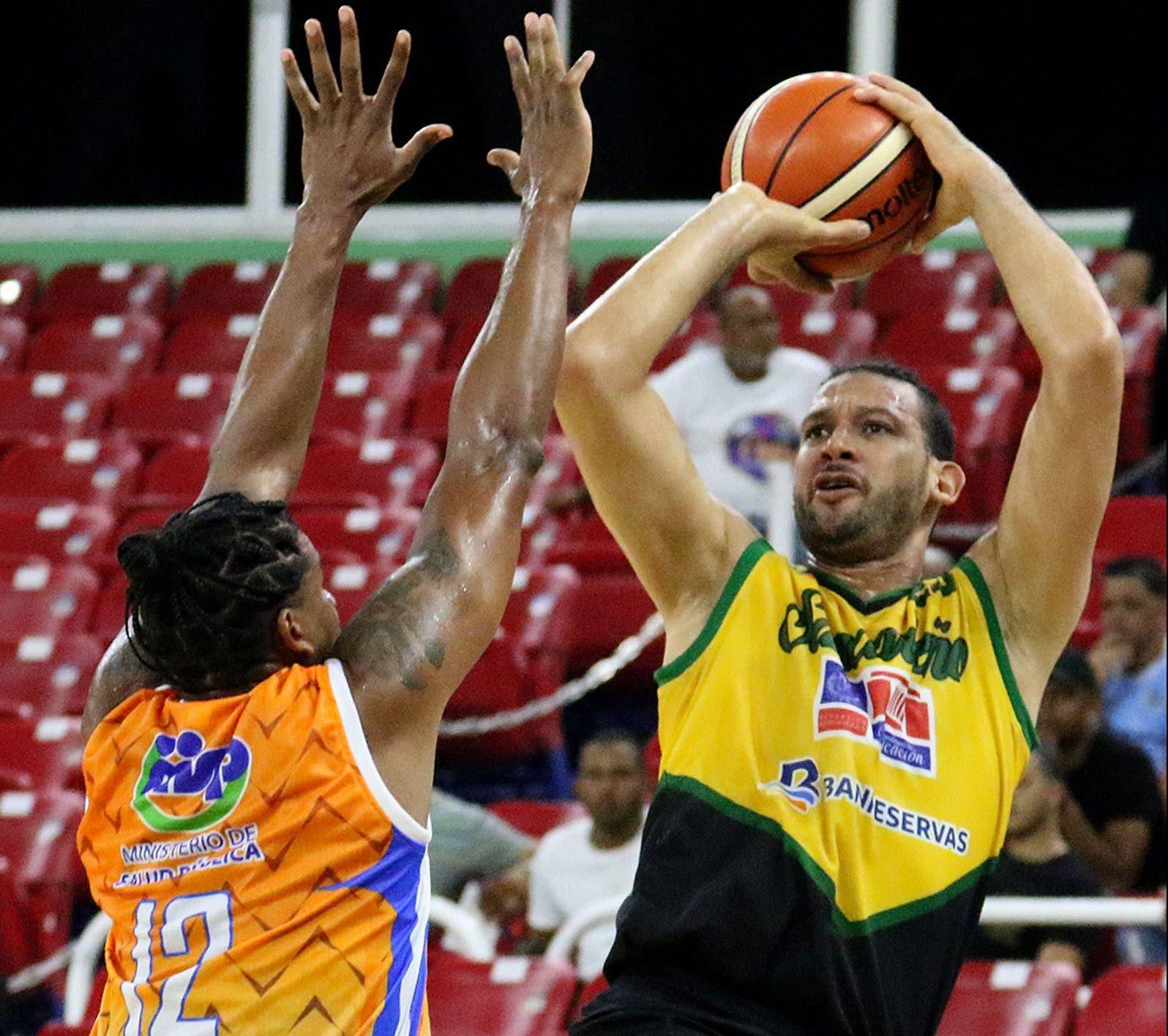 Manuel Guzmán y Antonio Davis encabezan liderato de puntos en Basket DN