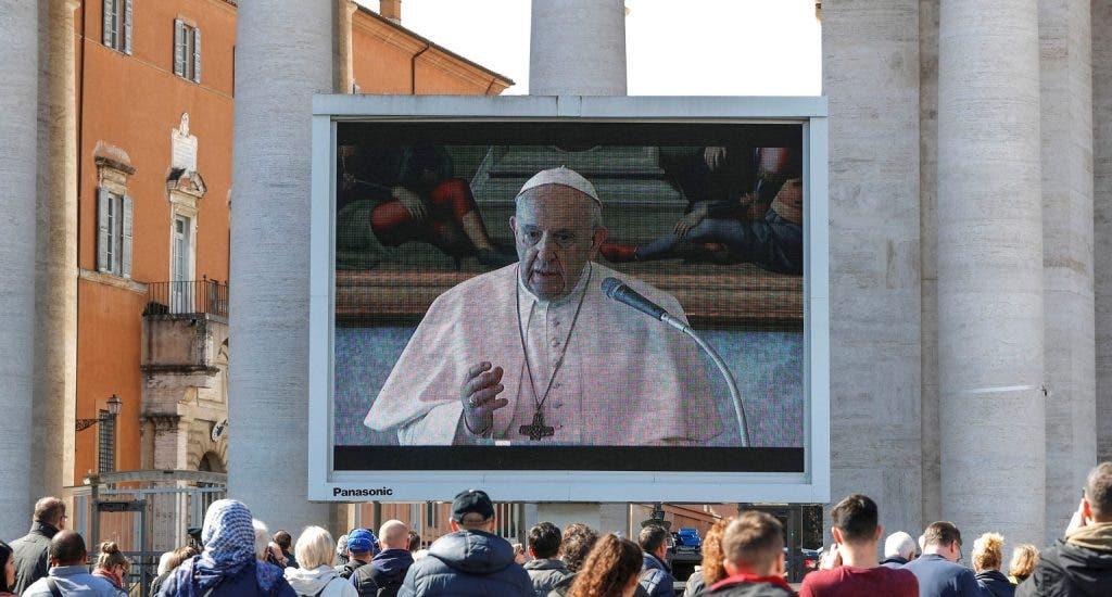 """El papa reza el ángelus en """"streaming"""" en una plaza con baja afluencia"""