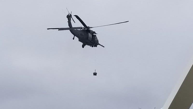 En esta fotografía facilitada por Michele Smith, un helicóptero de la Guardia Costera entrega desde el aire equipos de prueba para detectar casos de coronavirus entre pasajeros y la tripulación del crucero Grand Princess, anclado frente a la costa de California, el jueves 5 de marzo de 2020. (Michele Smith vía AP)