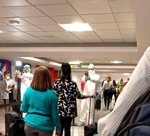 ¿Qué pasará si llega un pasajero con coronavirus ahora que aeropuertos abrieron?
