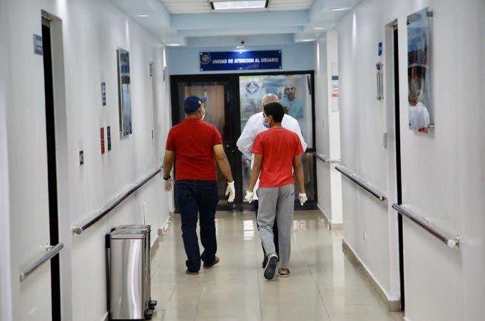 Foto de archivo. En los últimos días las cifras de recuperación de coronarias han aumentado en la República Dominicana. Uno de los primeros casos de recuperación conocido en detalle en la opinión pública fue el de un niño de 12 años y su padre.