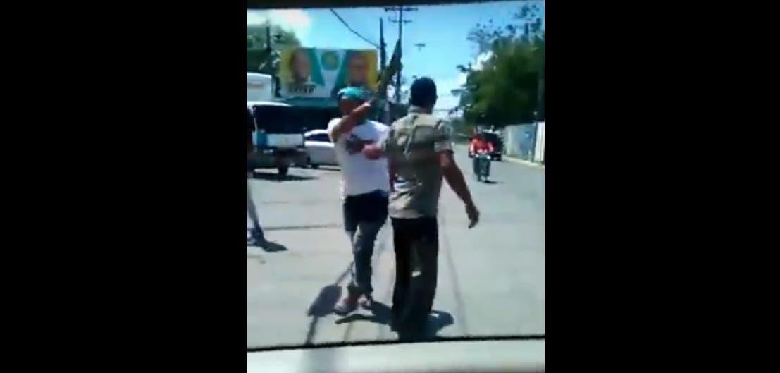 VIDEO: Denuncian dirigentes peledeístas agreden a machetazos y pedradas a camarógrafo los graba repartiendo fundas del Plan Social
