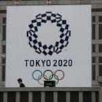 Un hombre pasa junto a un gran cartel promocionando los Juegos Olímpicos de Tokio 2020 en Tokio, el lunes 23 de marzo de 2020. (AP Foto/Jae C. Hong)