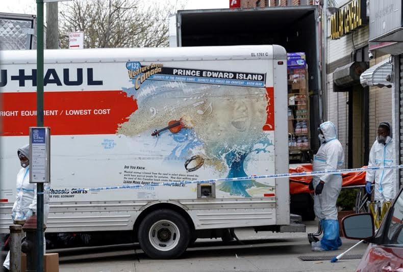 COVID-19: Dominicanos percibían mal olor desde camiones con cadáveres frente funeraria en Brooklyn