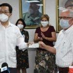 De izquierda a derecha: embajador chino en Cuba, Chen Xi; y el viceministro de Salud Pública cubano, Luis Fernando Navarro. Foto PL.