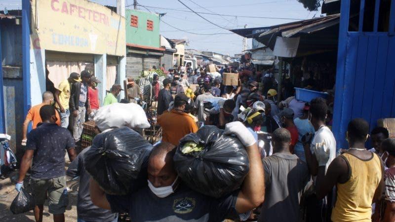 Recorrido por el mercado muevo de la A.V Duarte donde hoy lunes ,la ventas se reabrieron y hubo un flujo masivo de cliente y vendedores. En foto : el Mercado Nuevo HOY Duany Nuñez 6-4-2020