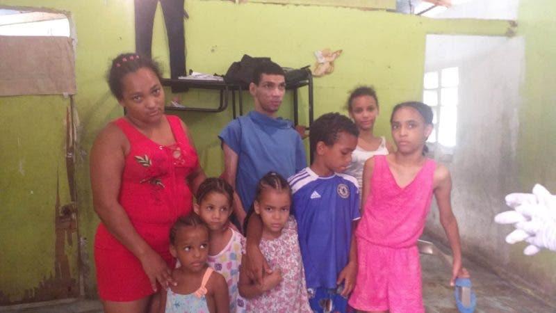 Yenny Melo junto a sus seis hijos. Fuente externa.
