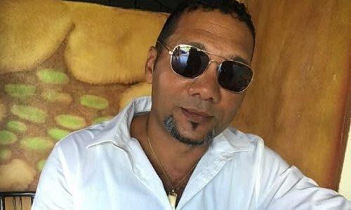 Osvaldo Santana, de 50 años, matado de varios disparos dentro de su casa durante asalto. Su madre también fue herida.