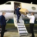 El candidato presidencial por el Partido de la Liberación Dominicana (PLD), Gonzalo Castillo, recibió personalmente a las 3:37de la madrugada, la llegada del avión, procedente desde China, conteniendo parte de la ayuda prometida. Estos suministros como mascarillas, guantes,lentes de protección y trajes de Bioseguridad, serán donados a diversas entidades del Estado para que estas a su vez continúen la lucha contra el COVID-19. La aeronave HI-1040 propiedad de Helidosa, quetrajo al país los insumos sanitarios, aterrizó a las 3:37 de la madrugada en el Aeropuerto Internacional Joaquín Balaguer, de El Higüero, y fue recibido por Gonzalo Castillo y su hijo, el CEO-presidente ejecutivo del grupo Helidosa Aviation Group, Gonzalo Alexander Castillo.  Hoy/Fuente Externa 02/04/20