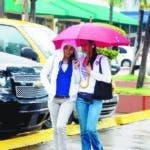 BAJO LLUVIA FOTOS PARA ILUSTRAR LA SECCION VIVIR, FOTOS TOMADAS EN DIFERENTES CALLES DE LA CIUDAD DE STO. DGO. FECHA 4-1-08. REPORTERO GRAFICO: JOSE ANDRES DE LOS SANTOS.