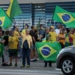 BRA300. SÃO PAULO (BRASIL), 05/04/2020.- Un grupo de personas protesta este domingo en la Avenida Paulista, en Sao Paulo, contra la cuarentena impuesta por el gobernador de esa ciudad, Joao Doria, para frenar el avance del coronavirus en Brasil. Sao Paulo es el estado más poblado e industrializado del país, con una población de 46 millones de habitantes, similar a la de España, continúa como la región que más casos concentra en todo Brasil, con 4.620 personas infectadas y 275 muertes. EFE/FERNANDO BIZERRA