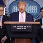 """EPA2313. WASHINGTON (ESTADOS UNIDOS), 01/04/2020.- El presidente de Estados Unidos, Donald Trump (c), habla este miércoles junto a asesores durante una rueda de prensa en la Casa Blanca, en Washington (EE.UU). Trump ordenó este miércoles """"duplicar"""" el número de militares en Latinoamérica para luchar contra el tráfico de drogas en el este del Océano Pacífico y el Caribe, lo que incluye Venezuela. En una rueda de prensa, Trump anunció la operación militar que ya ha comenzado y que cuenta con el apoyo de 22 naciones. EFE/Oliver Contreras"""