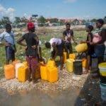 ACOMPAÑA CRÓNICA: HAITÍ CORONAVIRUS AME814. PUERTO PRÍNCIPE (HAITÍ), 07/04/2020.- Personas buscan agua en el campamento de La Piste este martes en Puerto Príncipe (Haití). Gertrude Joseph, madre de siete niños, recorre dos kilómetros a pie por un camino pedregoso para conseguir agua potable en una cisterna en La Piste, uno de los campamentos de desplazados que fueron abiertos tras el devastador terremoto de Haití en 2010. EFE/Jean Marc Herve Abelard