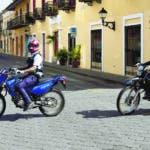 AME193. SANTO DOMINGO (REPÚBLICA DOMINICANA), 04/04/2020.- Agentes de la policía recorren las calles de la Zona Colonial durante la cuarentena impuesta por el Gobierno para contener la expansión del coronavirus, este sábado, en Santo Domingo (República Dominicana). EFE/ Orlando Barría