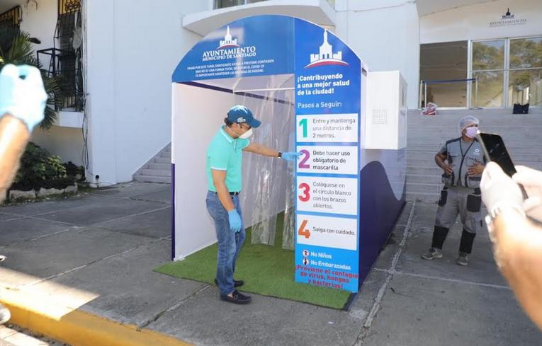 COVID-19: Acalde de Santiago deja en funcionamiento primer túnel sanitizante