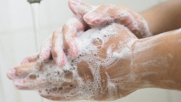 Lavarse las manos con agua y jabón durante 20 segundos es importante al llegar de hacer las compras y puede repetirse tras guardar todos los productos como medida de protección extra.