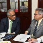 FOTO DE ARCHIVO: EL Ministro de Salud Pública, Rafael Sánchez Cárdenas, y Waldo Ariel Suero, presidente del Colegio Médico Dominicano, en momento de un diálogo celebrado el 20 de enero de este año.