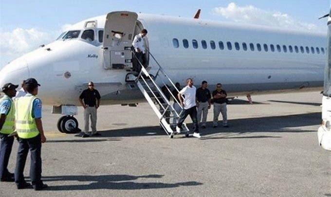 Pese a coronavirus, Estados Unidos repatria a 61 exconvictos dominicanos
