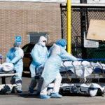 Personal médico transporta dos cadáveres víctimas del COVID-19 en Brooklyn, New York, USA. EFE
