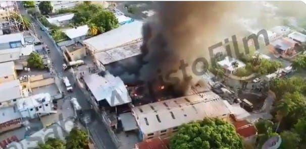 FOTOS y VIDEOS: Incendio destruye fábrica de plástico en Bayona