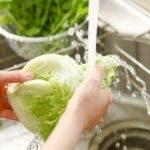 Con agua corriendo: esa es la mejor forma de lavar las frutas y verduras frescas incluso en tiempo de coronavirus.