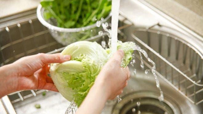 Covid-19: ¿Ayuda realmente a prevenir el contagio quitarse toda la ropa al entrar a la casa y lavar alimentos?
