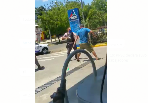 Video: Hombre amenaza a policías con pistola tras violar toque de queda