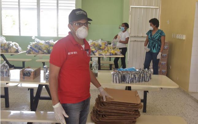 Ministerio de Educación entrega alimentos en Monte Plata