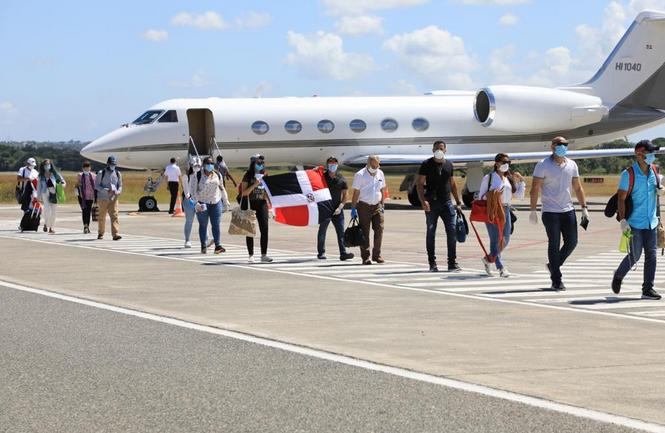 Llegan al país desde Cuba grupo de 50 médicos dominicanos