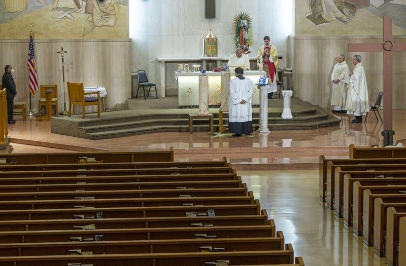 Por coronavirus, fieles de todo el mundo celebran el Viernes Santo en casa